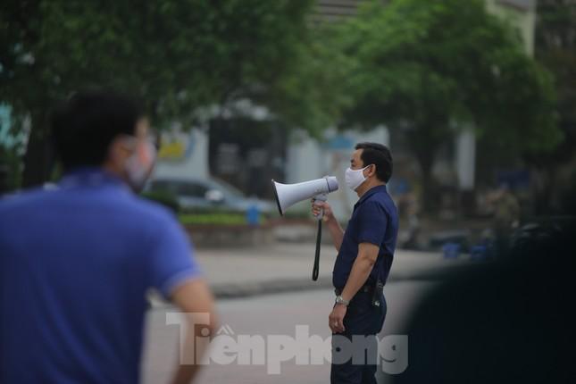ẢNH: Phong toả chung cư 34T Hoàng Đạo Thuý vì nghi người nhiễm COVID-19 ảnh 4