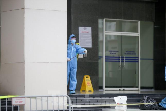 ẢNH: Phong toả chung cư 34T Hoàng Đạo Thuý vì nghi người nhiễm COVID-19 ảnh 5