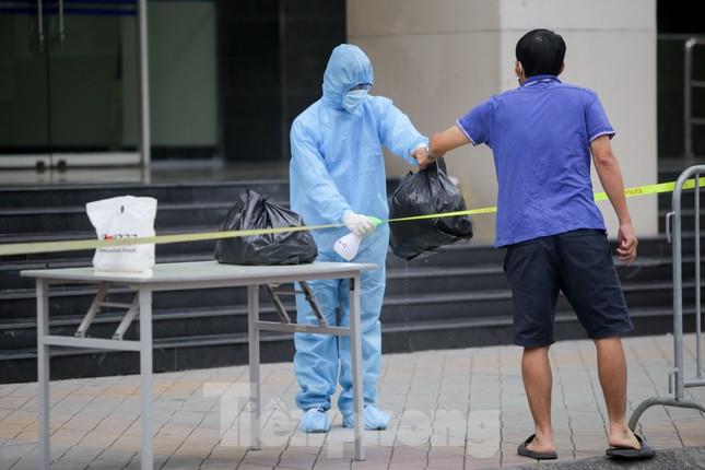 ẢNH: Phong toả chung cư 34T Hoàng Đạo Thuý vì nghi người nhiễm COVID-19 ảnh 6