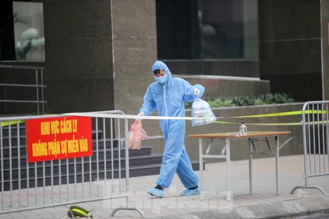 ẢNH: Phong toả chung cư 34T Hoàng Đạo Thuý vì nghi người nhiễm COVID-19 ảnh 8