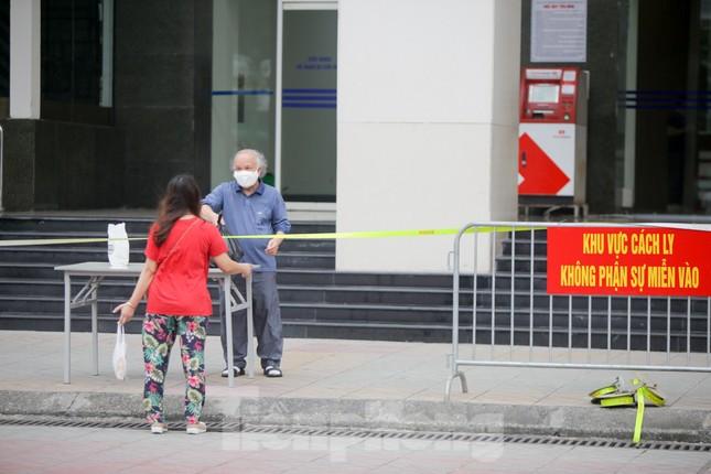 ẢNH: Phong toả chung cư 34T Hoàng Đạo Thuý vì nghi người nhiễm COVID-19 ảnh 9