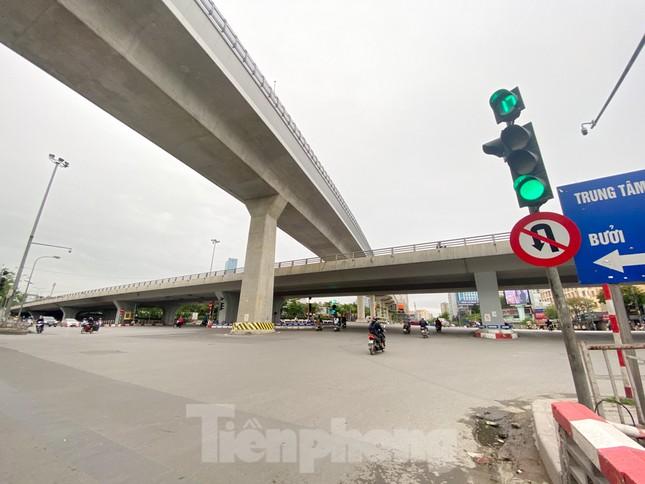 Đường phố Hà Nội vắng vẻ trong ngày đầu tuần đi làm mùa dịch COVID-19 ảnh 1