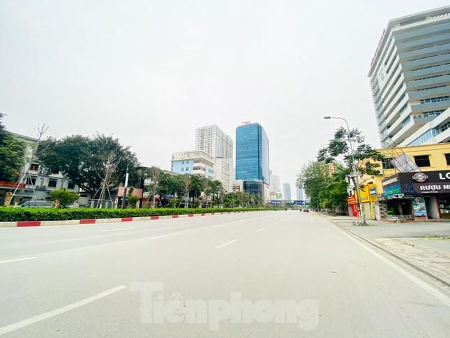 Đường phố Hà Nội vắng vẻ trong ngày đầu tuần đi làm mùa dịch COVID-19 ảnh 6