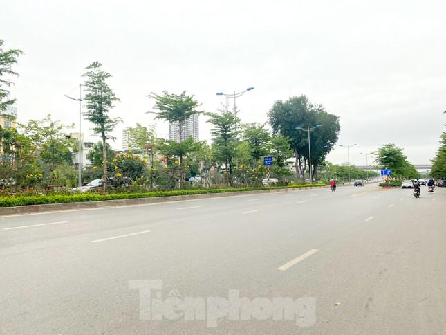 Đường phố Hà Nội vắng vẻ trong ngày đầu tuần đi làm mùa dịch COVID-19 ảnh 8