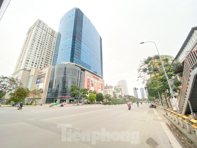 Đường phố Hà Nội vắng vẻ trong ngày đầu tuần đi làm mùa dịch COVID-19 ảnh 5