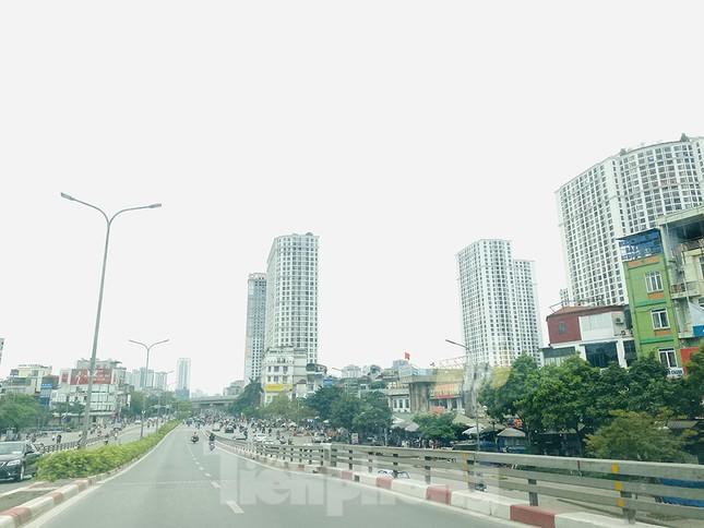 Đường phố Hà Nội vắng vẻ trong ngày đầu tuần đi làm mùa dịch COVID-19 ảnh 2