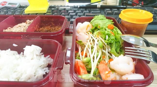 Bữa cơm trưa nơi công sở thời dịch COVID-19 ảnh 2
