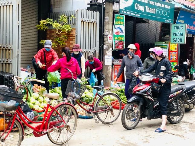 Vẫn họp chợ dưới lòng đường, hè phố ngay sau... biển cấm ảnh 3