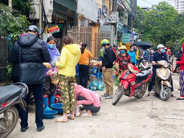 Vẫn họp chợ dưới lòng đường, hè phố ngay sau... biển cấm ảnh 4