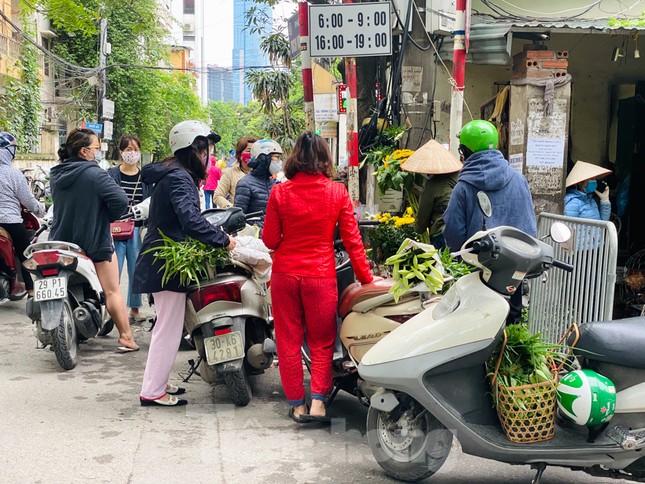 Vẫn họp chợ dưới lòng đường, hè phố ngay sau... biển cấm ảnh 6