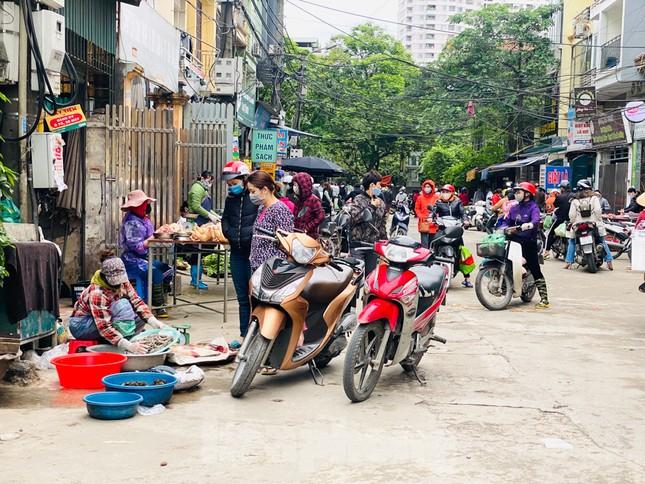 Vẫn họp chợ dưới lòng đường, hè phố ngay sau... biển cấm ảnh 9