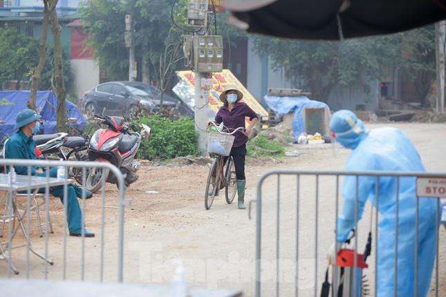 Lập 12 chốt kiểm soát, cách ly cả thôn Đông Cứu - Thường Tín vì có ca mắc COVID-19 ảnh 5
