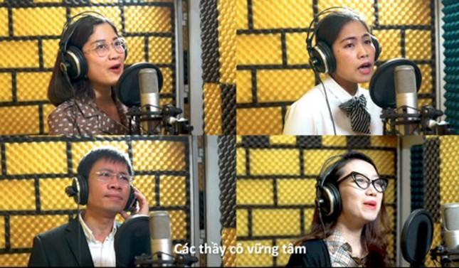 Giảng viên trường Báo thành ca sĩ trong MV ca nhạc 'AJC thời Cô Vy' ảnh 2