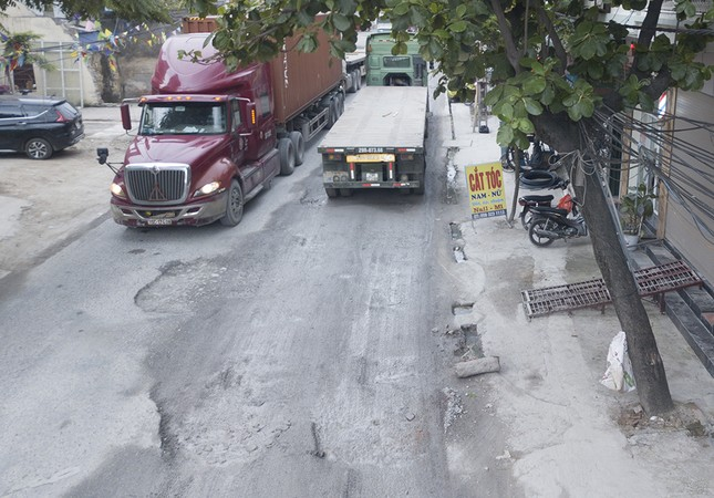 Hà Nội: Xe container trốn trạm thu phí QL5 cày nát đường phố Keo ảnh 1