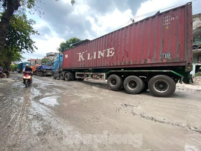 Hà Nội: Xe container trốn trạm thu phí QL5 cày nát đường phố Keo ảnh 3