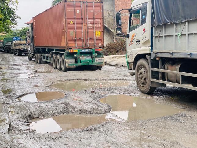 Hà Nội: Xe container trốn trạm thu phí QL5 cày nát đường phố Keo ảnh 5