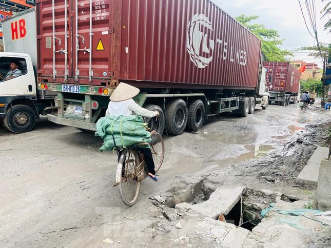 Hà Nội: Xe container trốn trạm thu phí QL5 cày nát đường phố Keo ảnh 6