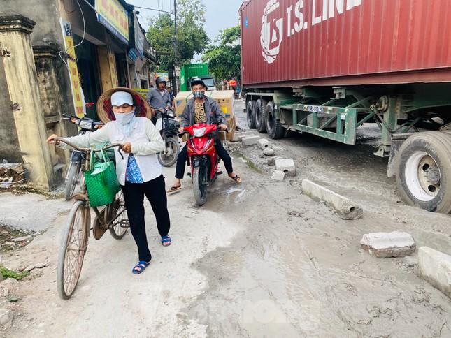 Hà Nội: Xe container trốn trạm thu phí QL5 cày nát đường phố Keo ảnh 16