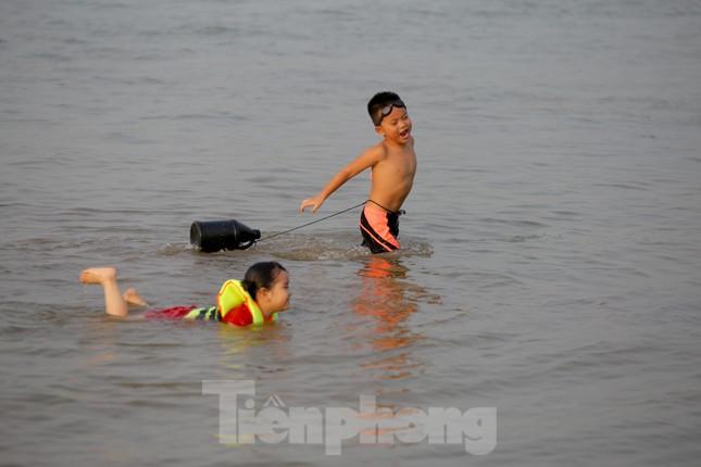 'Bãi biển' tự phát khổng lồ ngay dưới chân cầu Thăng Long ảnh 5
