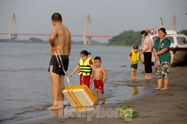 'Bãi biển' tự phát khổng lồ ngay dưới chân cầu Thăng Long ảnh 7