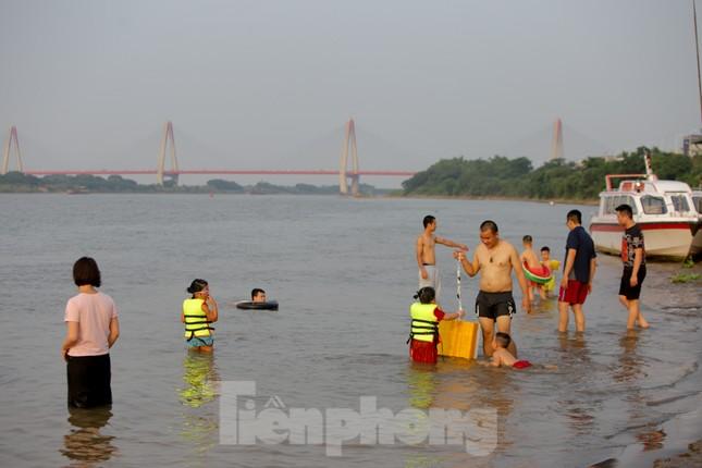 'Bãi biển' tự phát khổng lồ ngay dưới chân cầu Thăng Long ảnh 12