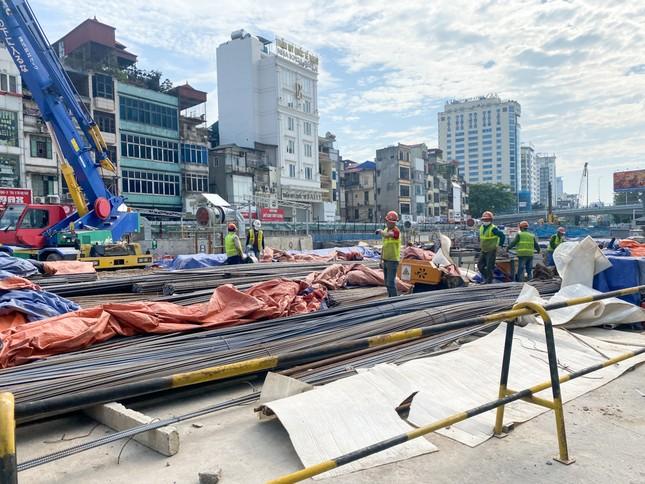 Công nhân phơi mình dưới trời nắng đổ lửa ở Hà Nội ảnh 18