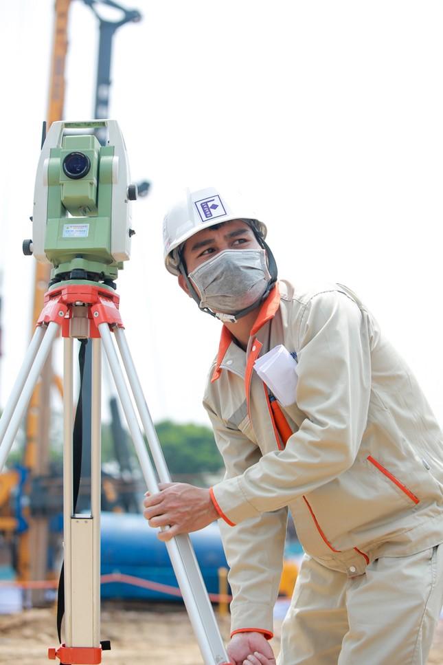 Công nhân phơi mình dưới trời nắng đổ lửa ở Hà Nội ảnh 16