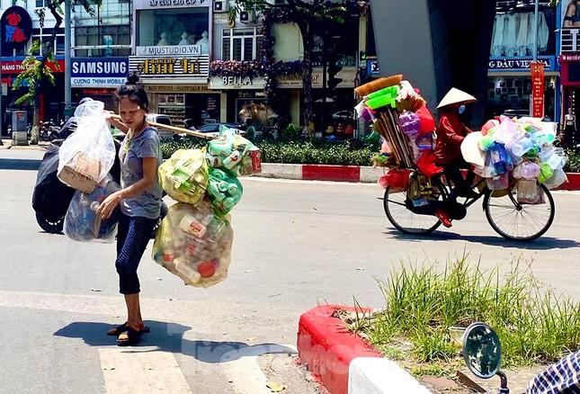 Người lao động nhọc nhằn mưu sinh dưới nắng nóng đầu hè ảnh 6
