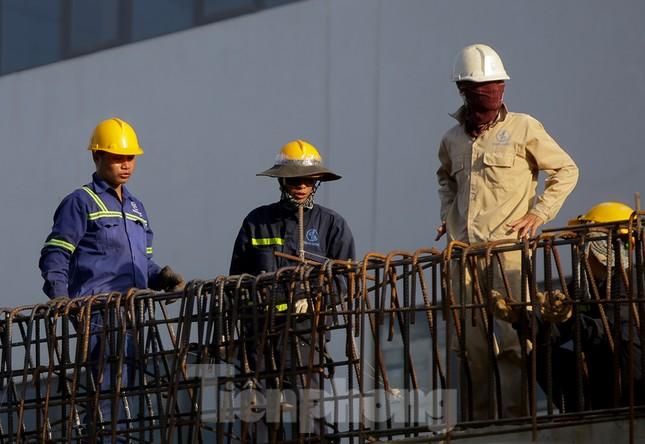 Công nhân phơi mình dưới trời nắng đổ lửa ở Hà Nội ảnh 4