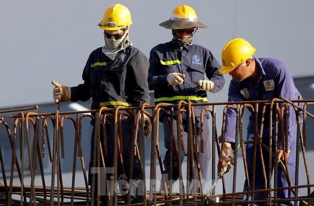 Công nhân phơi mình dưới trời nắng đổ lửa ở Hà Nội ảnh 6