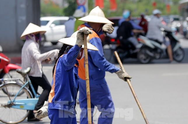 Công nhân phơi mình dưới trời nắng đổ lửa ở Hà Nội ảnh 11