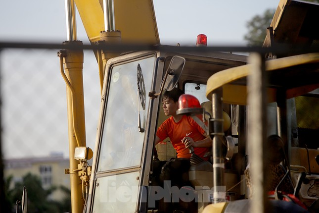 Công nhân phơi mình dưới trời nắng đổ lửa ở Hà Nội ảnh 9