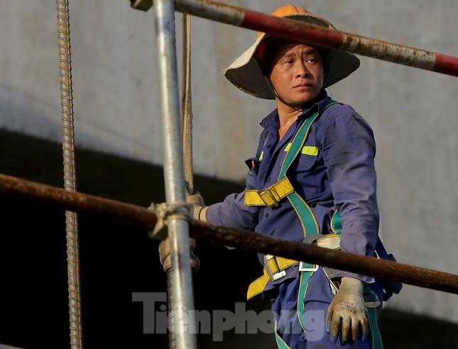 Công nhân phơi mình dưới trời nắng đổ lửa ở Hà Nội ảnh 7