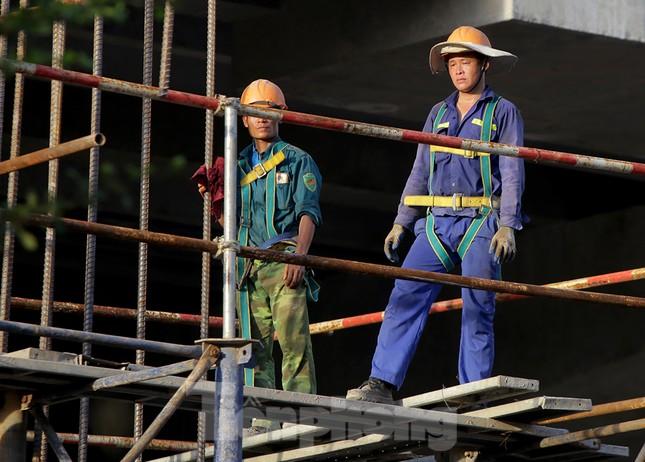 Công nhân phơi mình dưới trời nắng đổ lửa ở Hà Nội ảnh 8