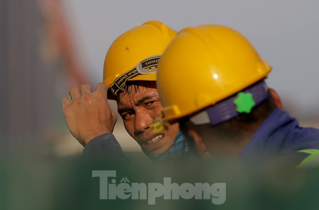 Công nhân phơi mình dưới trời nắng đổ lửa ở Hà Nội ảnh 1