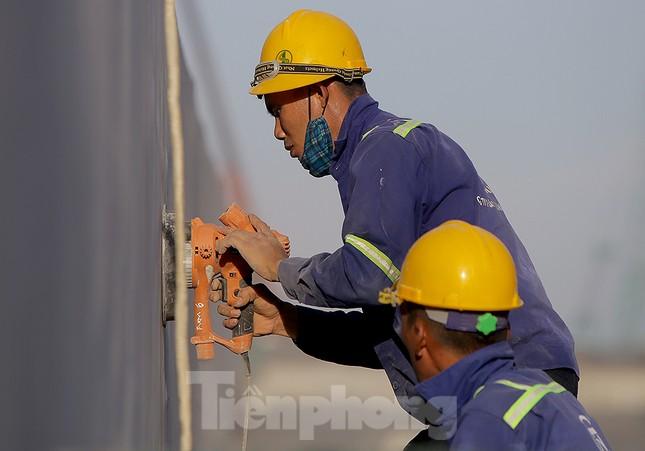 Công nhân phơi mình dưới trời nắng đổ lửa ở Hà Nội ảnh 2
