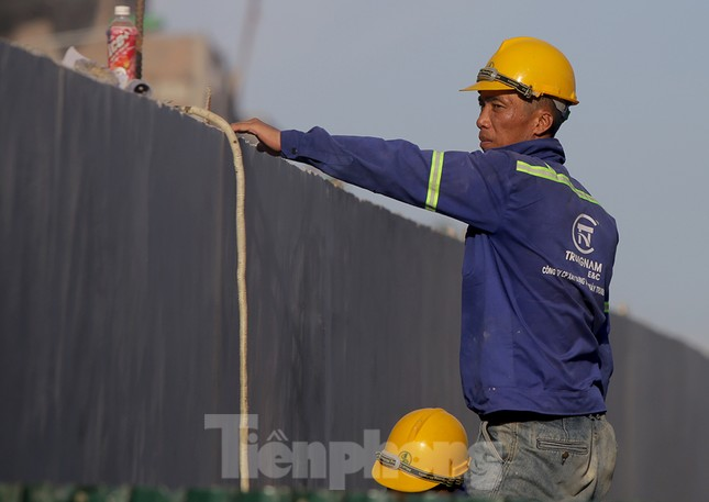 Công nhân phơi mình dưới trời nắng đổ lửa ở Hà Nội ảnh 3