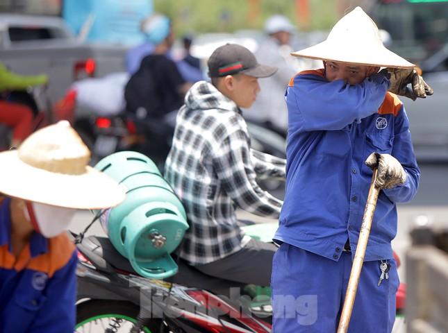 Công nhân phơi mình dưới trời nắng đổ lửa ở Hà Nội ảnh 10