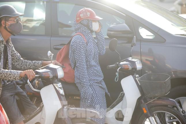 Nắng nóng nung người, người dân Hà thành hóa 'ninja' ảnh 13