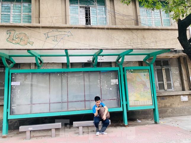 Cận cảnh trạm chờ xe buýt Thủ đô trước khi được duy tu ảnh 8