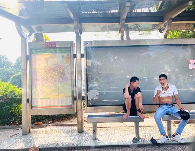 Cận cảnh trạm chờ xe buýt Thủ đô trước khi được duy tu ảnh 10