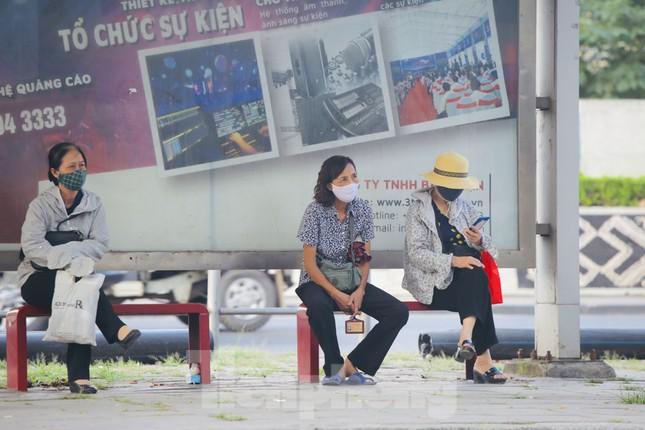 Cận cảnh trạm chờ xe buýt Thủ đô trước khi được duy tu ảnh 3