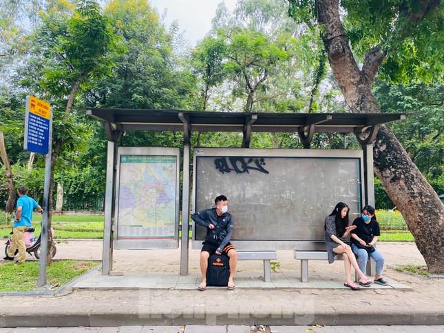 Cận cảnh trạm chờ xe buýt Thủ đô trước khi được duy tu ảnh 7