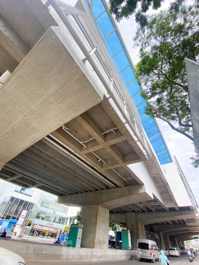 Công nhân đội nắng hoàn thiện nhà ga tuyến đường sắt Nhổn - ga Hà Nội. ảnh 14