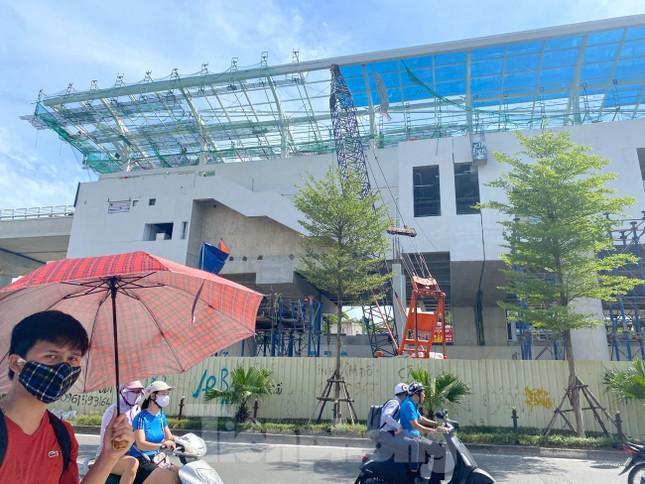 Công nhân đội nắng hoàn thiện nhà ga tuyến đường sắt Nhổn - ga Hà Nội. ảnh 2