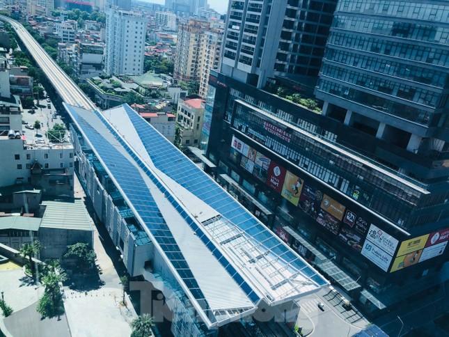 Công nhân đội nắng hoàn thiện nhà ga tuyến đường sắt Nhổn - ga Hà Nội. ảnh 1