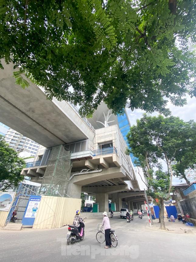 Công nhân đội nắng hoàn thiện nhà ga tuyến đường sắt Nhổn - ga Hà Nội. ảnh 15