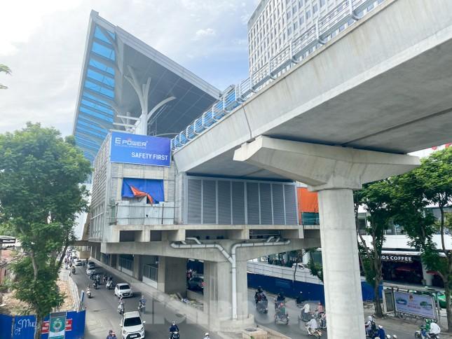 Công nhân đội nắng hoàn thiện nhà ga tuyến đường sắt Nhổn - ga Hà Nội. ảnh 8