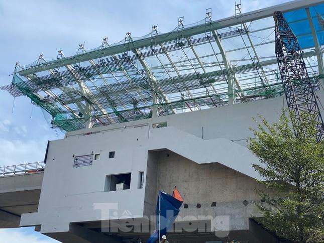Công nhân đội nắng hoàn thiện nhà ga tuyến đường sắt Nhổn - ga Hà Nội. ảnh 3