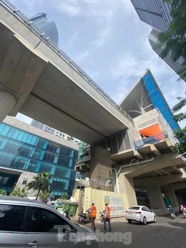 Công nhân đội nắng hoàn thiện nhà ga tuyến đường sắt Nhổn - ga Hà Nội. ảnh 9